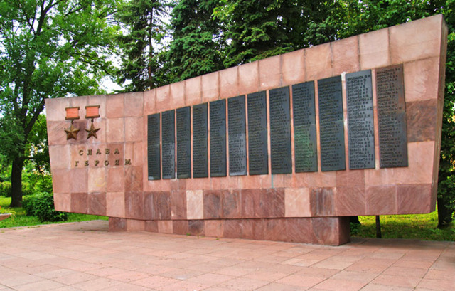 Этот монумент, представляющий раскрытую книгу, на страницах которой имена особо отличившихся пензянцев – 37 кавалеров ордена Славы, более 200 героев Советского Союза и 127 Героев Социалистического Труда. Открыт монумент 9 мая 1970 года.